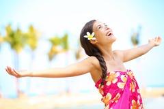 Vrije gelukkige verrukte strandvrouw in het concept van de vrijheidsvreugde Stock Afbeeldingen