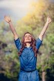 Vrije Gelukkige Vrouw die van Aard genieten openlucht Vrijheid royalty-vrije stock foto's