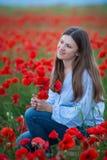 Vrije Gelukkige Vrouw die van Aard genieten Schoonheidsmeisje openlucht Het concept van de vrijheid Schoonheidsmeisje over Hemel  royalty-vrije stock afbeeldingen
