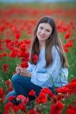 Vrije Gelukkige Vrouw die van Aard genieten Schoonheidsmeisje openlucht Het concept van de vrijheid Schoonheidsmeisje over Hemel  stock fotografie