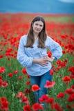 Vrije Gelukkige Vrouw die van Aard genieten Schoonheidsmeisje openlucht Het concept van de vrijheid Schoonheidsmeisje over Hemel  stock foto