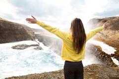 Vrije Gelukkige Vrouw die van Aard genieten Schoonheidsmeisje openlucht Vrijheid c stock fotografie