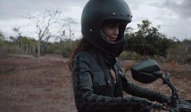Vrije mooie vrouwenmotorrijder stock foto