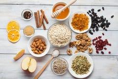 Vrije paleogranola van de korrel vrije haver: gemengde noten, zaden, rozijnen, h stock afbeelding