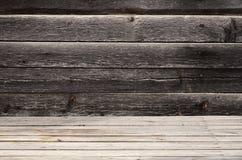 Vrije ruimte boven de houten oppervlakte van horizontale raad tegen de achtergrond van een donkere houten muur De plaats voor pro Stock Foto's