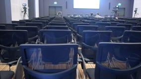 Vrije stoelen of stoelen in de zaal Het voorbereidingen treffen voor een seminarie of een conferentie stock footage