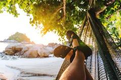 Vrije tijd en het Ontspannen met hangmat in de zomer royalty-vrije stock foto