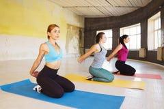 Vrije tijd, sport, fitness, yogaklasse, ontspanning, saldo, flexib royalty-vrije stock foto's