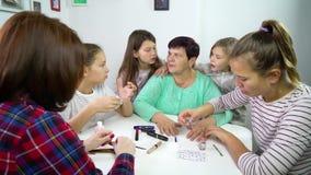 Vrije tijd van multigeneratiefamilie thuis stock footage