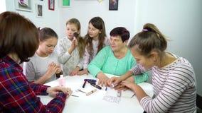 Vrije tijd van multigeneratiefamilie thuis stock videobeelden