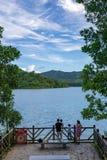 Vrije tijdsfamilie op het meer stock fotografie
