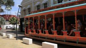 Vrije Tram rond het het winkelen gebied in Oranjestad aruba stock footage
