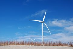 Vrije windenergie bij kust Stock Foto