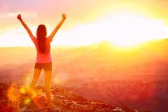 Vrijheid en avontuur - gelukkige vrouw, Grand Canyon Stock Afbeeldingen