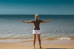 Vrijheid en gelukconcept De jonge vrouw op het strand geniet van van stock foto's