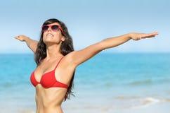 Vrijheid en het genieten van de van vakanties van de strandzomer Royalty-vrije Stock Afbeelding