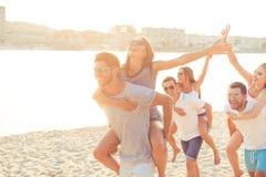 Vrijheid, liefde, vriendschap, de zomerstemming Gelukkige jonge vrienden p royalty-vrije stock afbeelding
