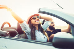 Vrijheid van de open weg Het jonge Paar Drijven langs Landweg in Open Auto royalty-vrije stock foto