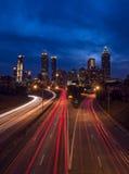 Vrijheidsbrede rijweg met mooi aangelegd landschap door Atlanta royalty-vrije stock afbeeldingen
