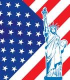 Vrijheidsstandbeeld en de vlag van de V.S. Stock Foto
