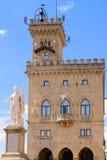 Vrijheidsstandbeeld en openbaar paleis, de republiek van San Marino, Italië Royalty-vrije Stock Afbeeldingen