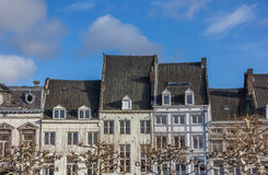Vrijthof的老房子在马斯特里赫特 免版税库存照片