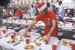 Vrijwilliger bij het diner van Kerstmis voor de daklozen