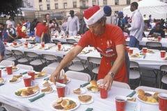 Vrijwilliger bij Kerstmisdiner voor de daklozen, Los Angeles, Californië royalty-vrije stock afbeelding