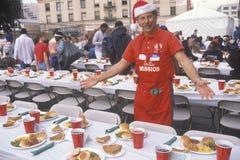 Vrijwilliger bij Kerstmisdiner voor de daklozen, Los Angeles, Californië royalty-vrije stock fotografie