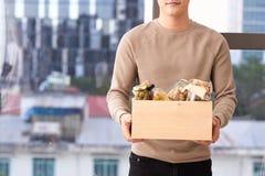 Vrijwilliger met doos voedsel voor armen Schenkingsconcept stock foto's