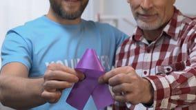 Vrijwilligers bezoekende en ondersteunende rijpe mens die aan Alzheimers-ziekte lijden stock video