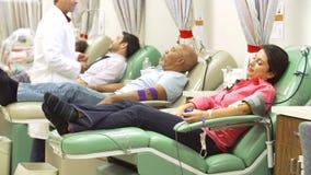 Vrijwilligers die Bloeddonatie in het Ziekenhuis maken stock video