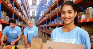 Vrijwilligers die voedsel verdelen stock video