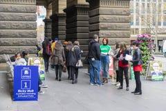Vrijwilligers en kiezers bij het Stadhuis van Melbourne voor federale verkiezing stock fotografie