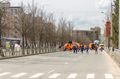 Vrijwilligers met ballons op de weg Stock Afbeelding