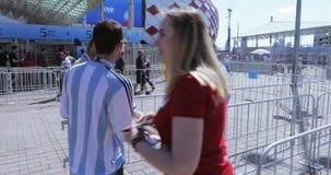 Vrijwilligers voor voetbal stock footage