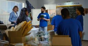 Vrijwilligersteam die een vergadering hebben stock videobeelden