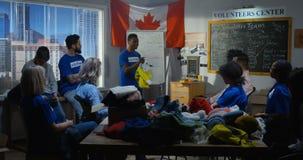 Vrijwilligersteam die een vergadering hebben stock footage