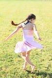 Vrillage de la petite fille Image stock