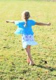 Vrillage de la petite fille Photo libre de droits