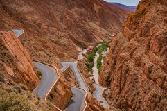 Vrillage de la route par la gorge dramatique de Morocco's Dades Photographie stock