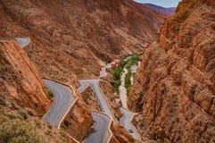 Vrillage de la route par la gorge dramatique de Morocco's Dades Photographie stock