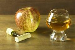 Vrillez le noyau évoqué de la pomme rouge pour un jus de pomme frais Photo libre de droits
