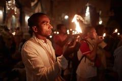 Vrindavan, στις 22 Οκτωβρίου 2016: Μια ομάδα ανθρώπων που προσφέρει την πυρκαγιά στο τ στοκ εικόνα
