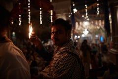 Vrindavan, στις 22 Οκτωβρίου 2016: Μια ομάδα ανθρώπων που προσφέρει την πυρκαγιά στο τ στοκ φωτογραφίες