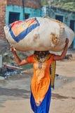 Vrindavan, el 22 de octubre de 2016: Mujer local que lleva un bolso, en Vrind fotos de archivo libres de regalías