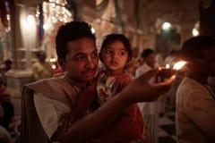 Vrindavan, el 22 de octubre de 2016: Un hombre con un fuego de ofrecimiento del niño en Fotografía de archivo libre de regalías