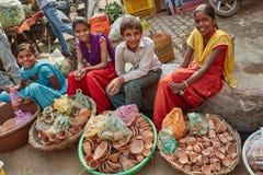 Vrindavan, il 22 ottobre 2016: Bambini locali che vendono i vasi di argilla a immagini stock