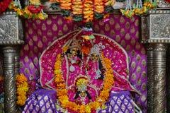 Vrindavan, il 22 ottobre 2016: Bello altare di Radha e di Krishna Immagini Stock