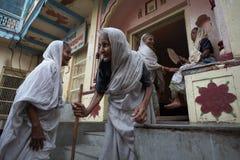 Vrindavan, India, Augustus 2009 Weduwen in de straat royalty-vrije stock afbeelding